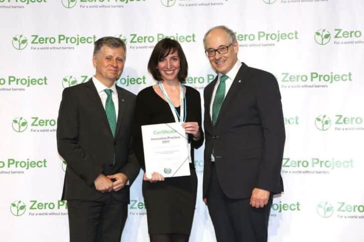Jana Bauer wird das Zerfifikat des Zero Projects überreicht.