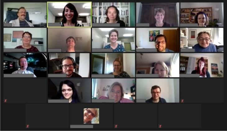 Das Bild zeigt einen Screenshot, der im Programm Zoom aufgenommen wurde. Es sind 19 Gesichter von Teilnehmenden zu sehen.